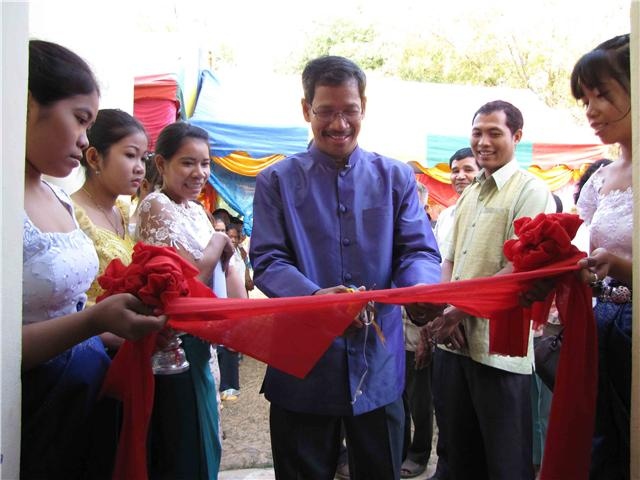 Barnabas cutting ribbon at Chrab Krasang Church, December 27, 2009
